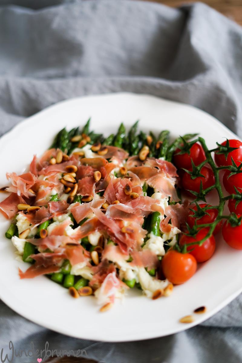 Vorspeise aus gebratenem grünem Spargel mit Mozzarella - Wunderbrunnen - Foodblog - Fotografie